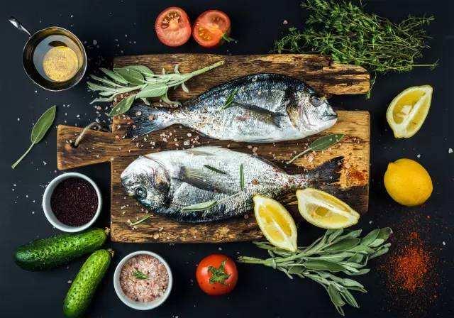 英国科学家:食用鱼类和豆类有助于延缓更年期的到来