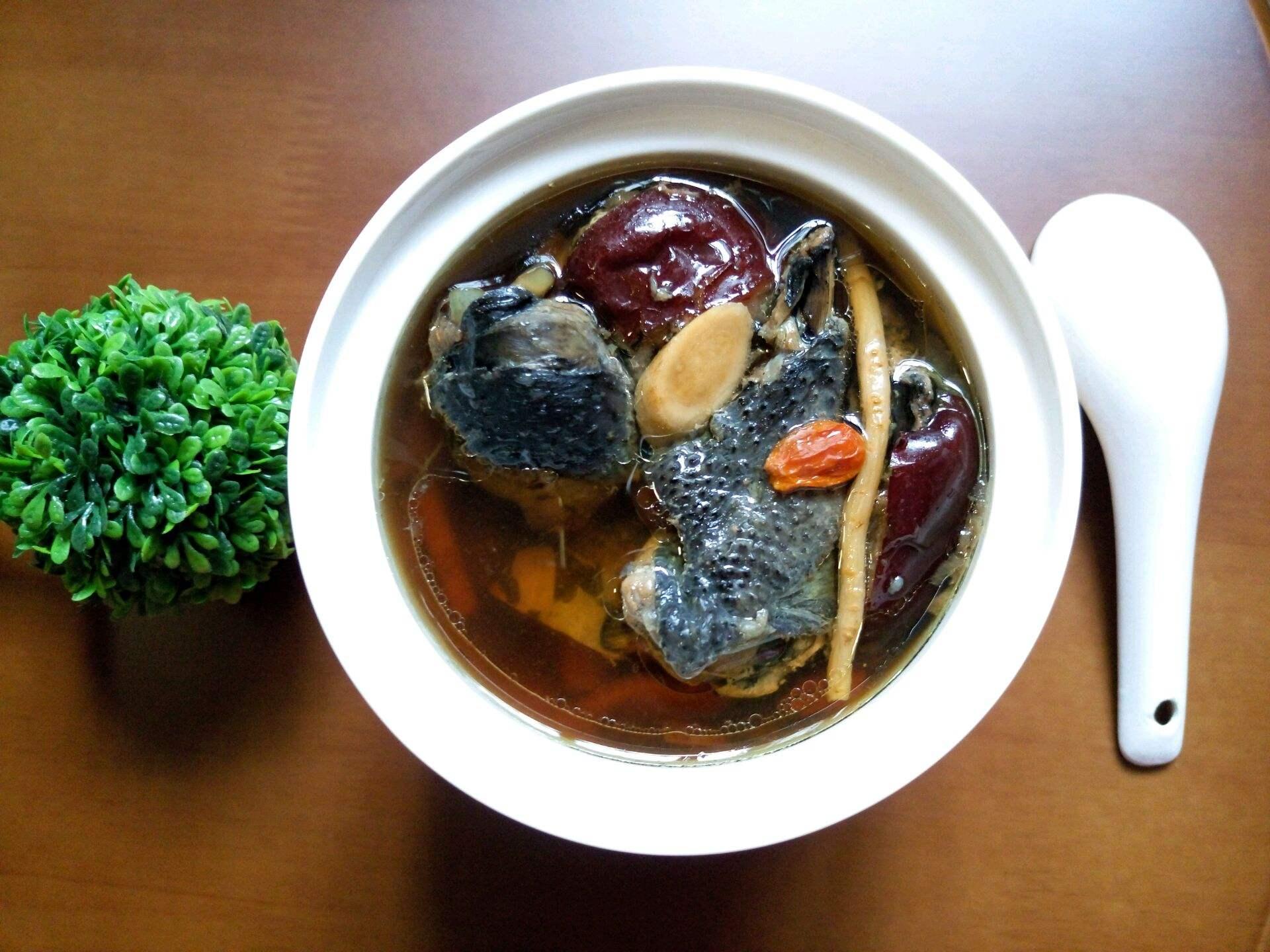 美食:腰腿乏力 就喝首乌黑豆乌鸡汤