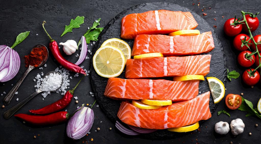 市面上销售的三文鱼大多是养殖的,野生不够吃......