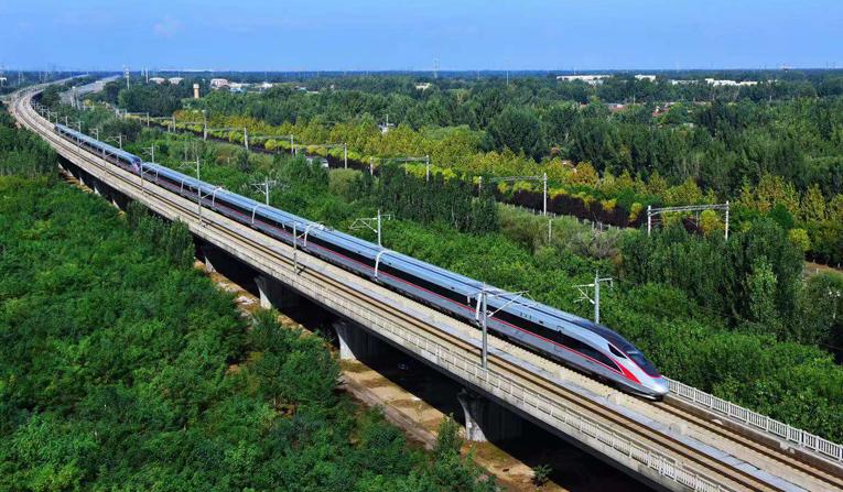 中国高铁迈入跨海新时代 8级大风也不影响速度