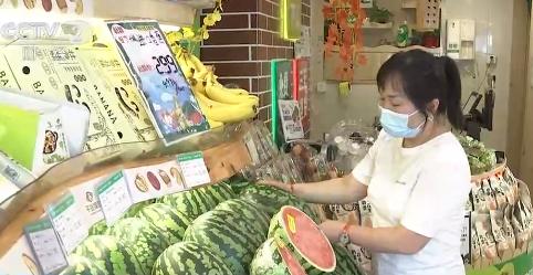 持续高温影响武汉水果市场 三个季节水果齐齐上货架
